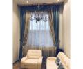 Оформление высоких окон гостиной 01