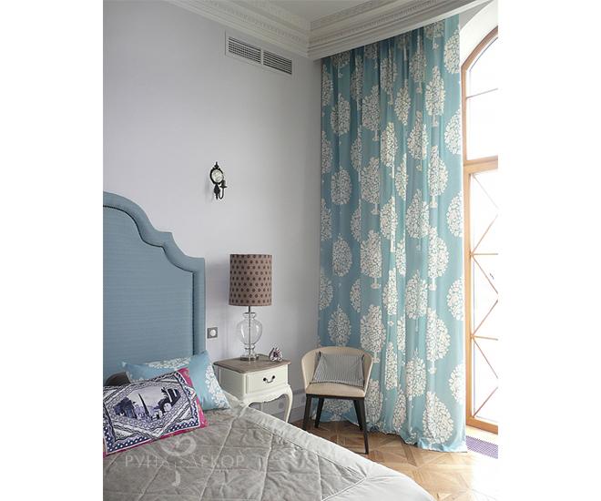 Спальня с легкой голубой шторой 02