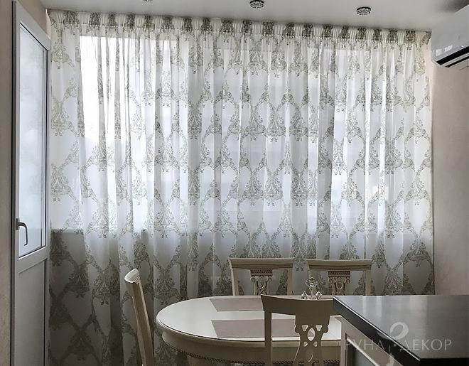 Тюль с орнаментом на кухне