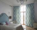 Спальня с легкой голубой шторой 01